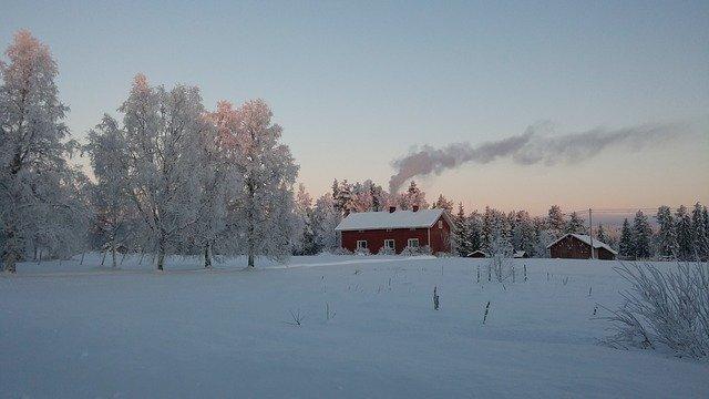 zasněžená krajina, červený domek