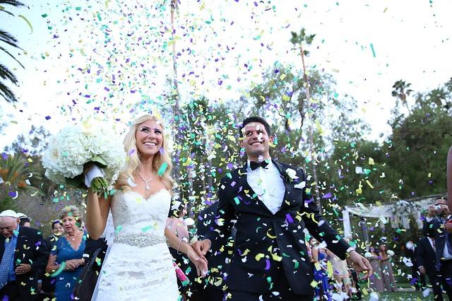 novomanželé a konfety.jpg