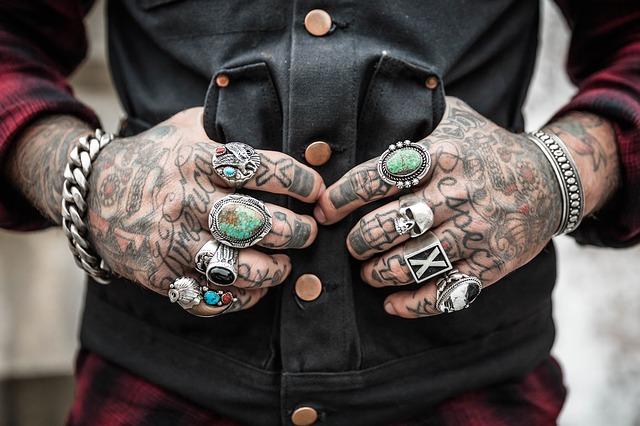 tetované ruce s prsteny.jpg